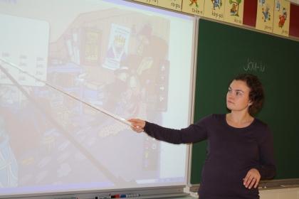 Kaisa Sillanpää palaa ajassa taaksepäin opettaessaan samassa koulussa ja luokassa, jossa hän aloitti koulutiensä vuonna 1987. Sillanpään opettama luokka kantaa jopa samaa nimeä: 1A. Kuva: Heidi Romppainen
