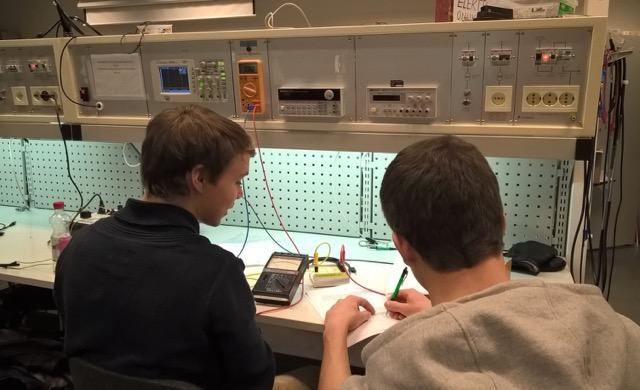 Lukiolaiset tutustuivat sähkötekniikkaan yliopistokurssilla